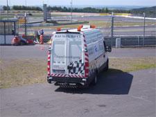 Auch auf den Rennstrecken (hier DTM Nürburgring 2009) ist das Ölspurentfernungsfahrzeug steter Gast ...